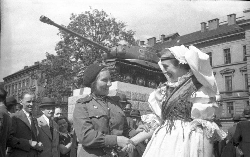 Военный корреспондент газеты «За честь Родины» О.В.Игнатович на открытии памятника советским танкистам в Праге.