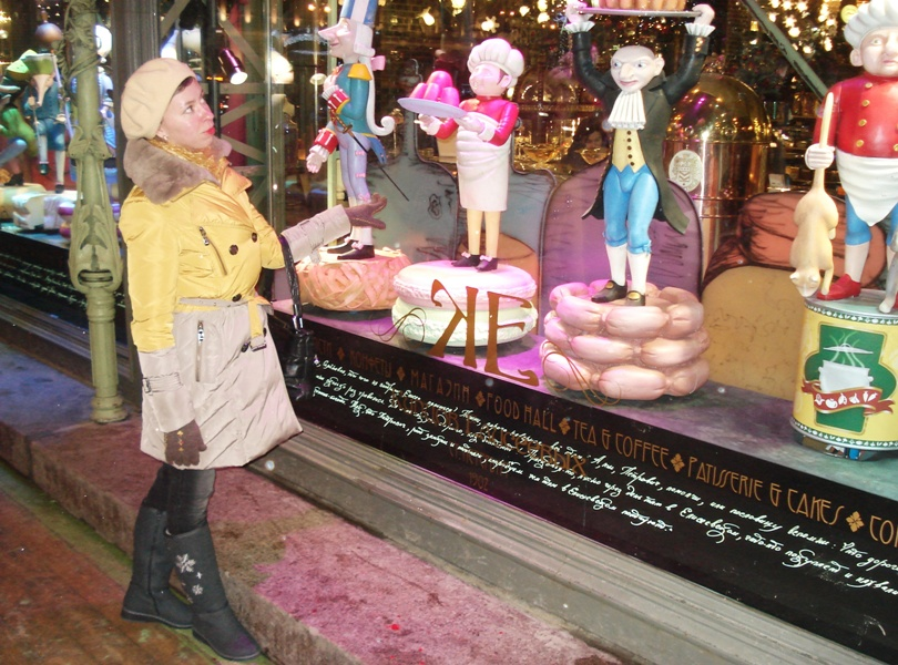 Витрина Елисеевского магазина на Невском проспекте