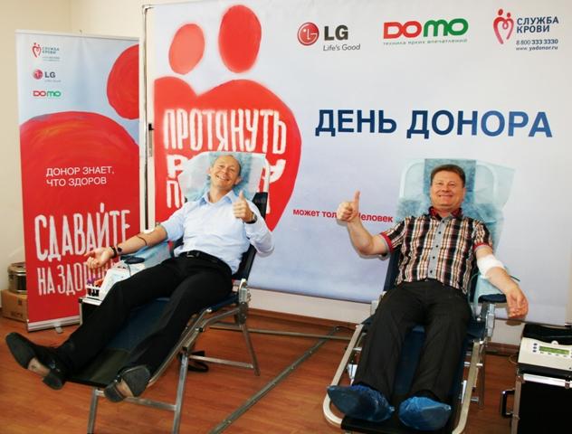 Слева направо Прославленный спортсмен Республики Татарстан Василий Мосин и генеральный директор DOMO Николай Козин сдают кровь