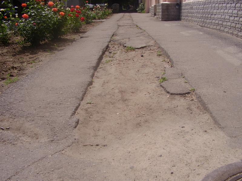 На фото: Тротуар по вул. Комсомольській біля входу до дитячого садочку