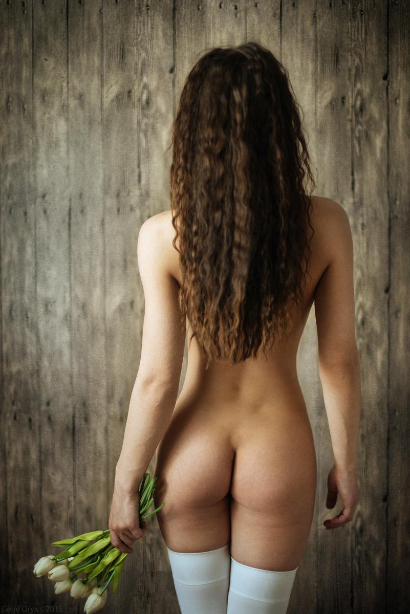 вытекая девушки голые вид сзади вид писают