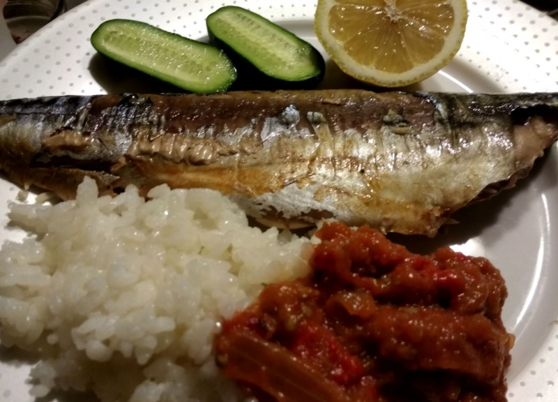 Скумбрия с рисом и овощной икрой