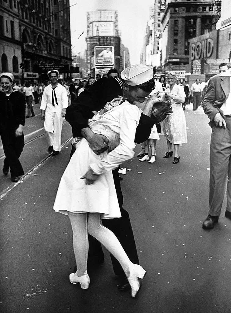 Kissing_the_War_Goodbye_Time_Square_1945