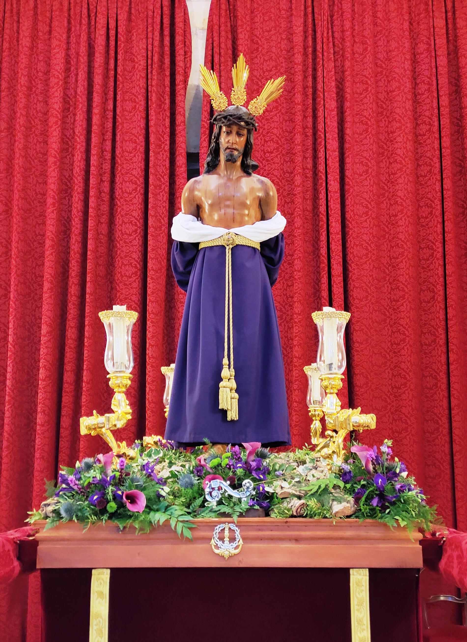 Все-таки умиляют меня католические обряды одевать фигуры Христа и святых, так странно смотрится)