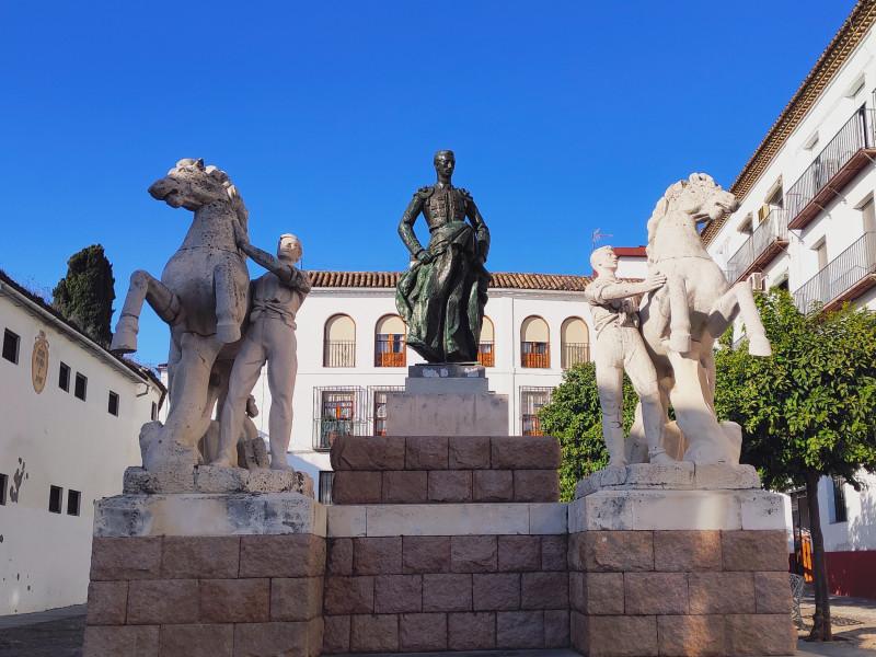 Памятник находится на площади Плаза-дель-Конде де Приего, рядом с церковью Святой Марины