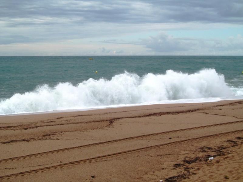 Да, так вот волна. Волна – она волна и есть, красивая, удобная, если по ней скользить на байдарке, но и очень опасная. Как-то меня в Испании замесило в небольшой с вида волне. С трудом выбралась, и очень страшно было. Так что, осторожнее с ними.