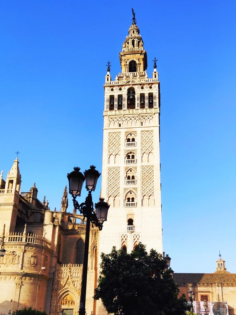 Башня Хиральда (114 м), сохранившийся минарет, который потом надстроили башенкой, и теперь там 22 колокола.