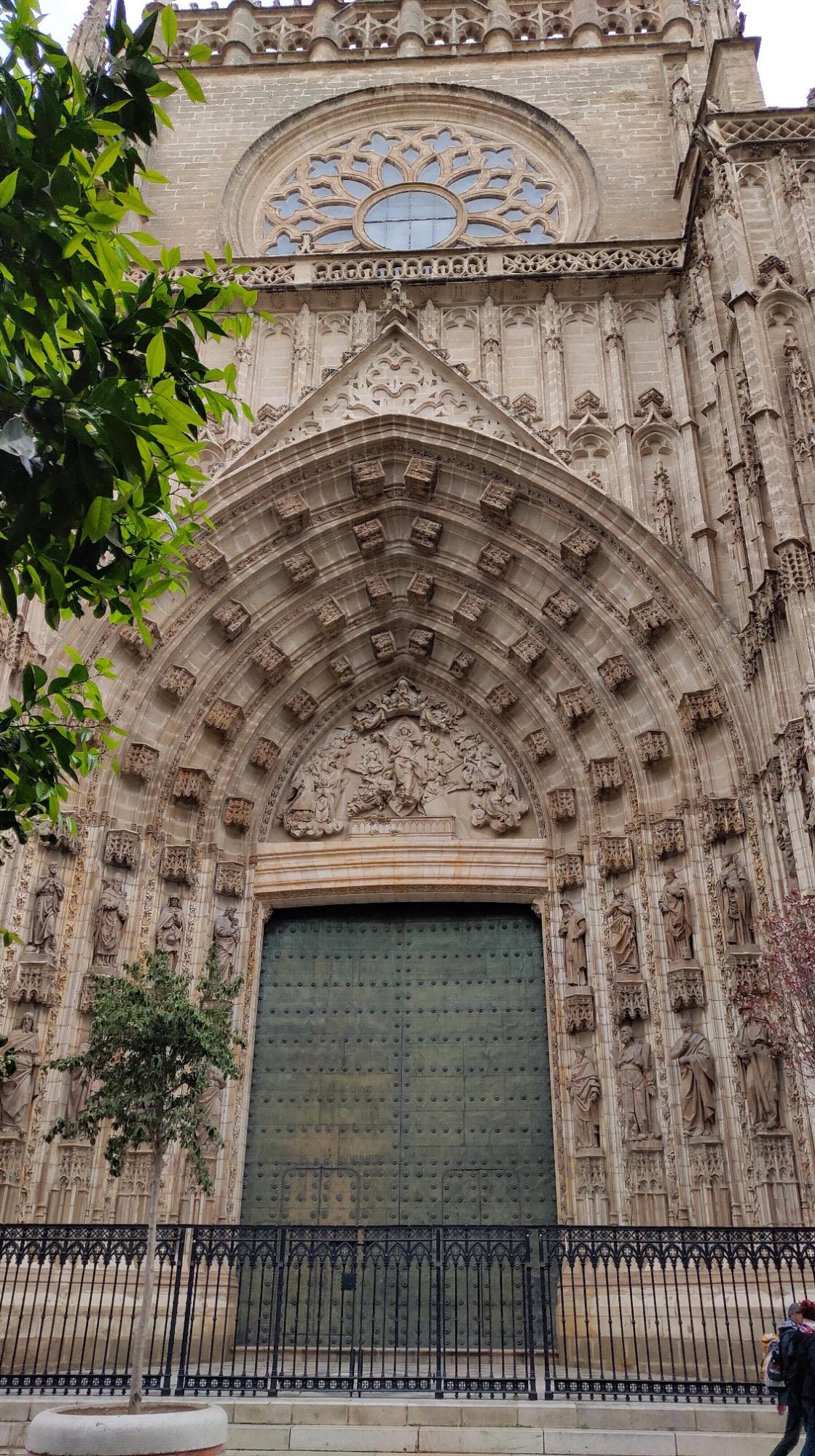 Над каждым входом  - красивейшие резные порталы