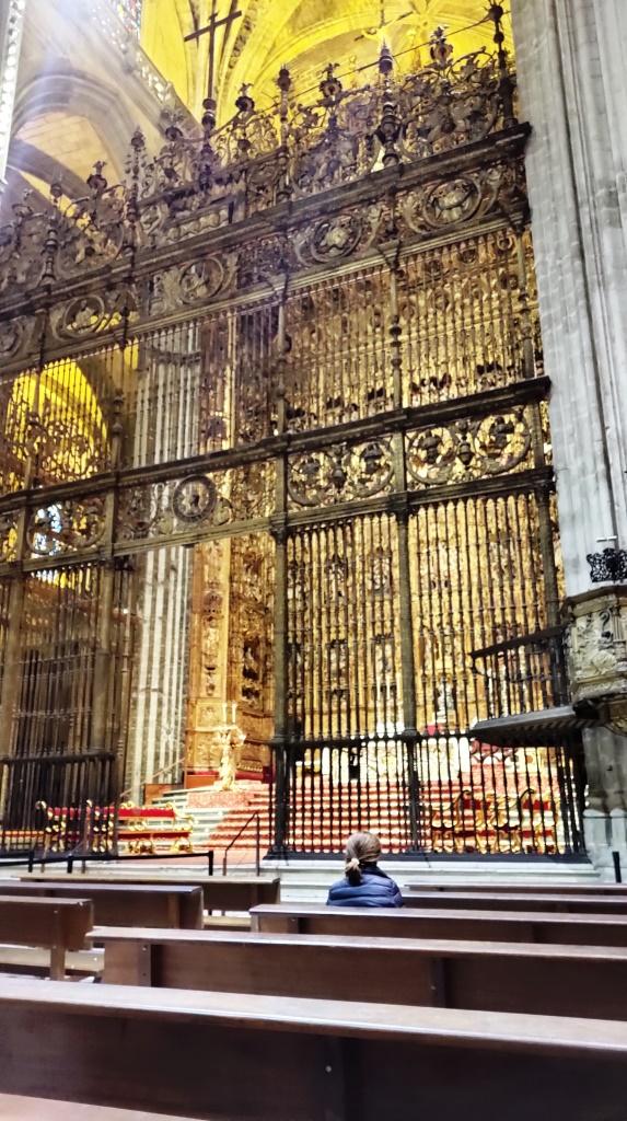 Самое знаменитое – позолоченный алтарь с 45 фигурами святых, и в центре – статуя Марии де ла Сьеде – покровительницы собора.