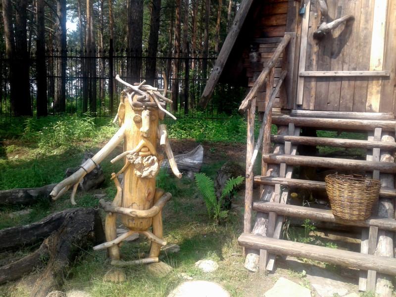 Лесовичок пришел в гости к Бабе-Яге (она наверху сидит)