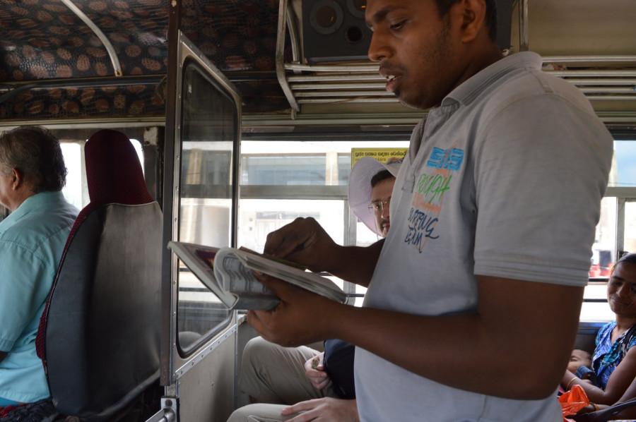 Индийском автобусе нагло пристает к женшине