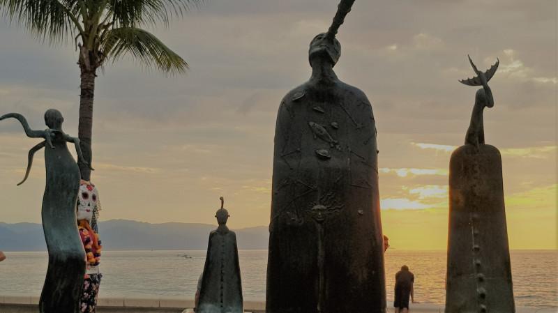 В центре Пуэрто Валларто находится La Rotonda del Mar- карусель моря Алехандро Колунга