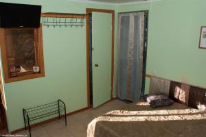 6 Комната, дверь в санузел  и выход на улицу.jpg