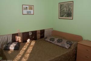 7 Двуспальная кровать в комнате домика.jpg