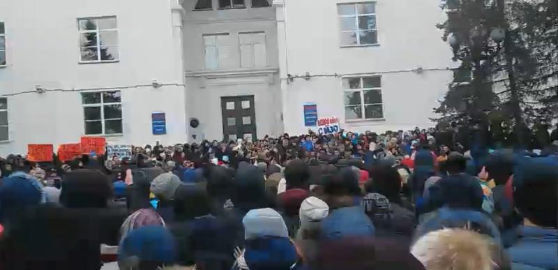 В центре Кемерово несанкционированный митинг