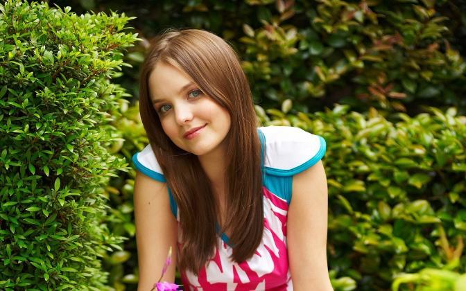 406846_yemili_devushka_seroglazaya_shatenka_vzglyad_ulybk_1680x1050_(www.GdeFon.ru)