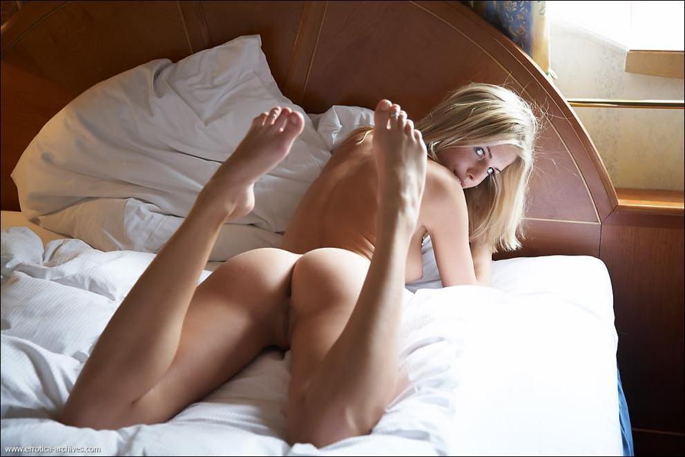 красавица в постели фото