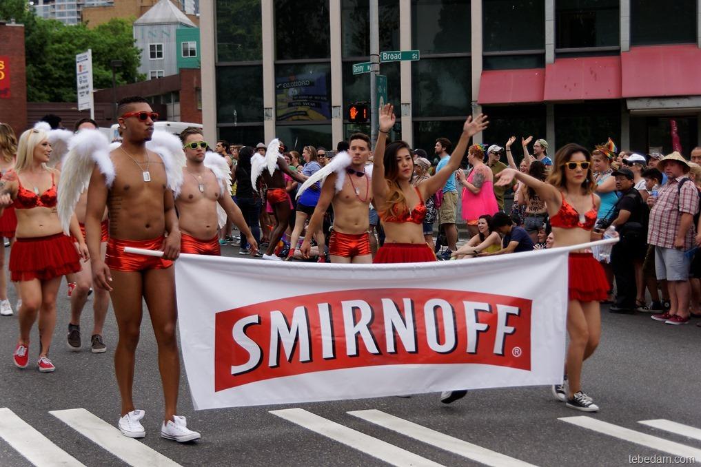 Фото голых мальчишек на параде геев фото 464-23
