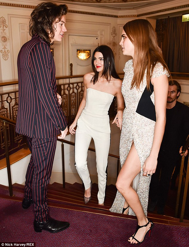 23A665EC00000578-2856813-No_awkwardness_here_Harry_Styles_bumped_into_former_flames_Kenda-65_1417483027167