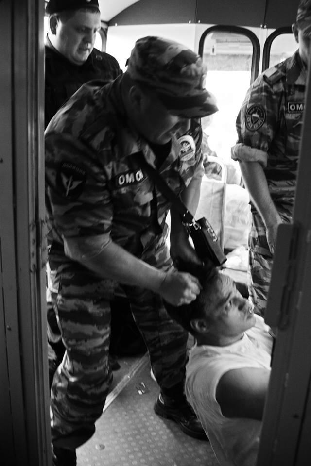 Зачем полицейские трогали задержанного за гениталии?