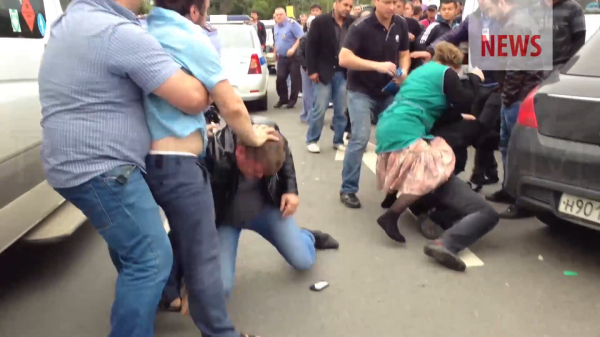 Новости Москвабада.  Дагестанцы избивают полицейского.