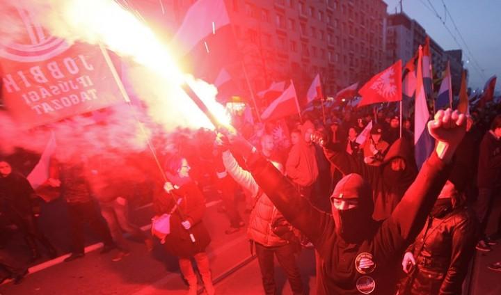 Поляки в Варшаве напали на посольство РФ