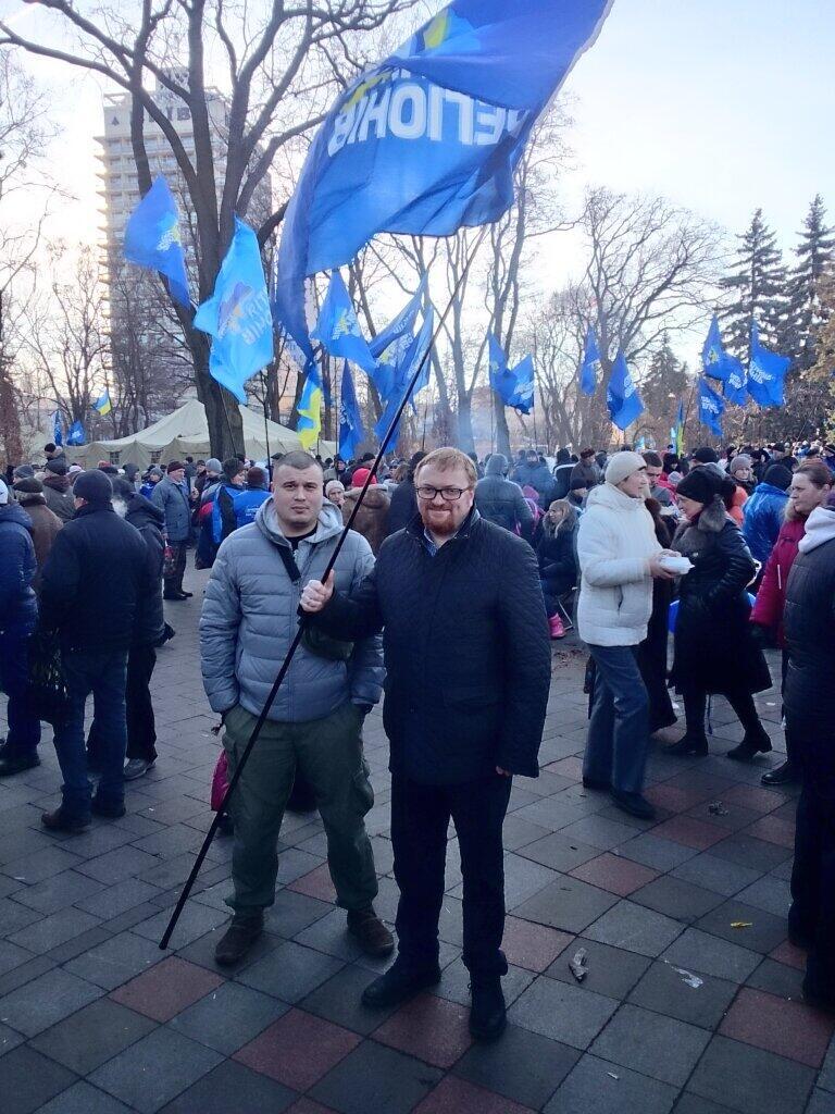 Милонов с флагом Партии регионов