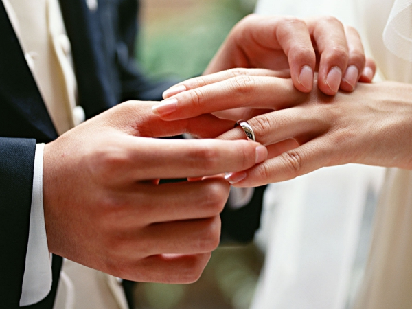 Россиян заставят покупать сережки и обручальные кольца по паспорту