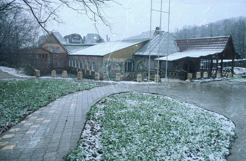 Школа общеобразовательная и экспериментальная, создана в её нынешнем виде в 1994 г. в посёлке Текос Краснодарского края.