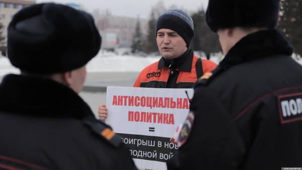 20200303_18-19-Полицейских и прохожих привлекли пикетирующие против пенсионки в Барнауле-pic1