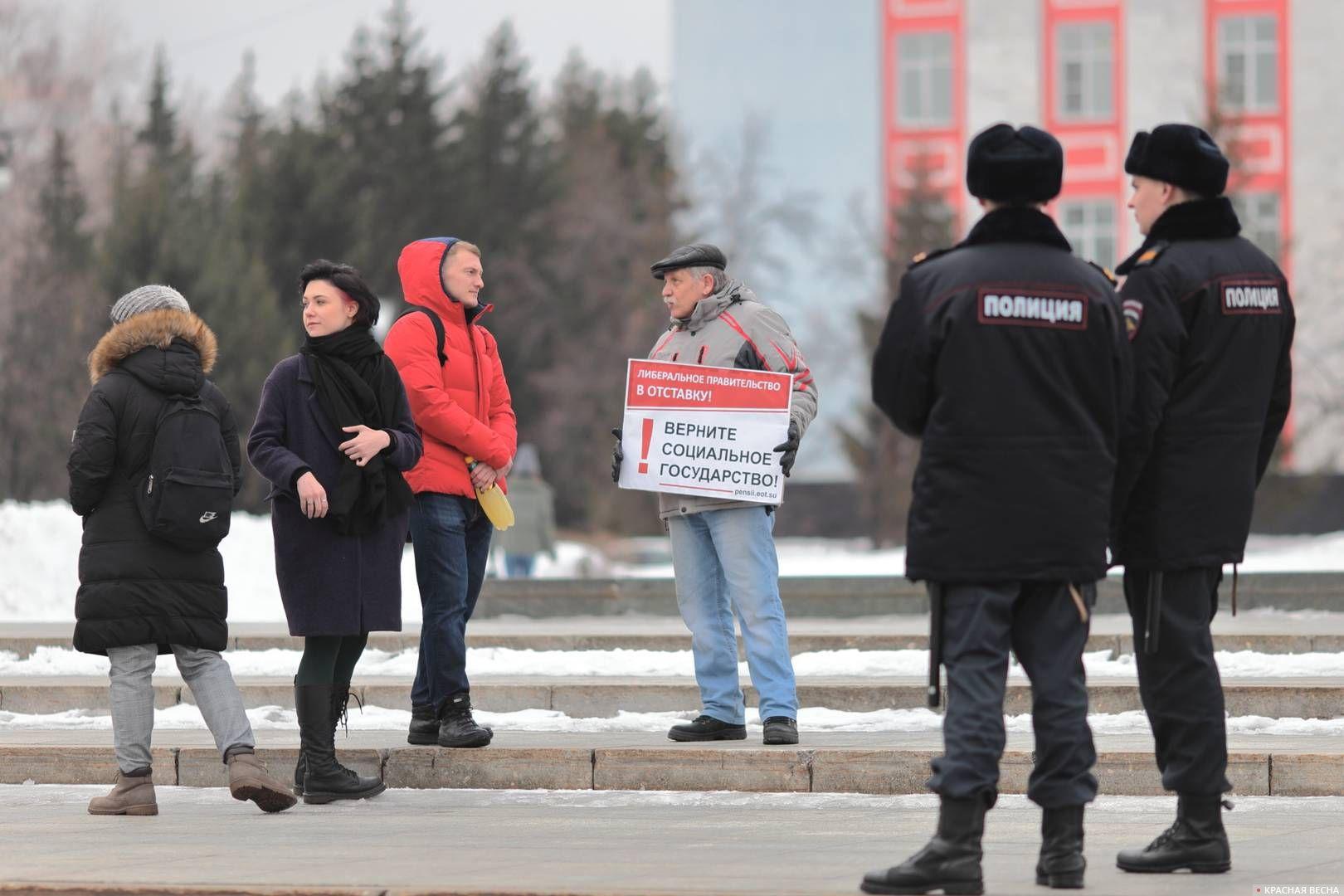 20200303_18-19-Полицейских и прохожих привлекли пикетирующие против пенсионки в Барнауле-pic2