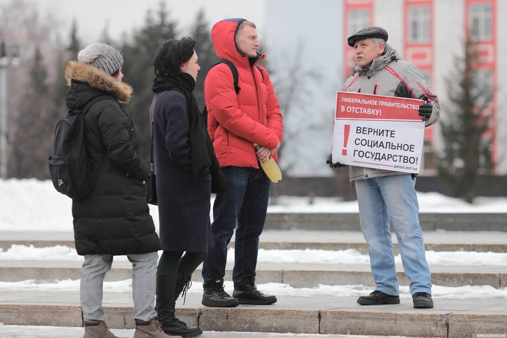 20200303_18-19-Полицейских и прохожих привлекли пикетирующие против пенсионки в Барнауле-pic3