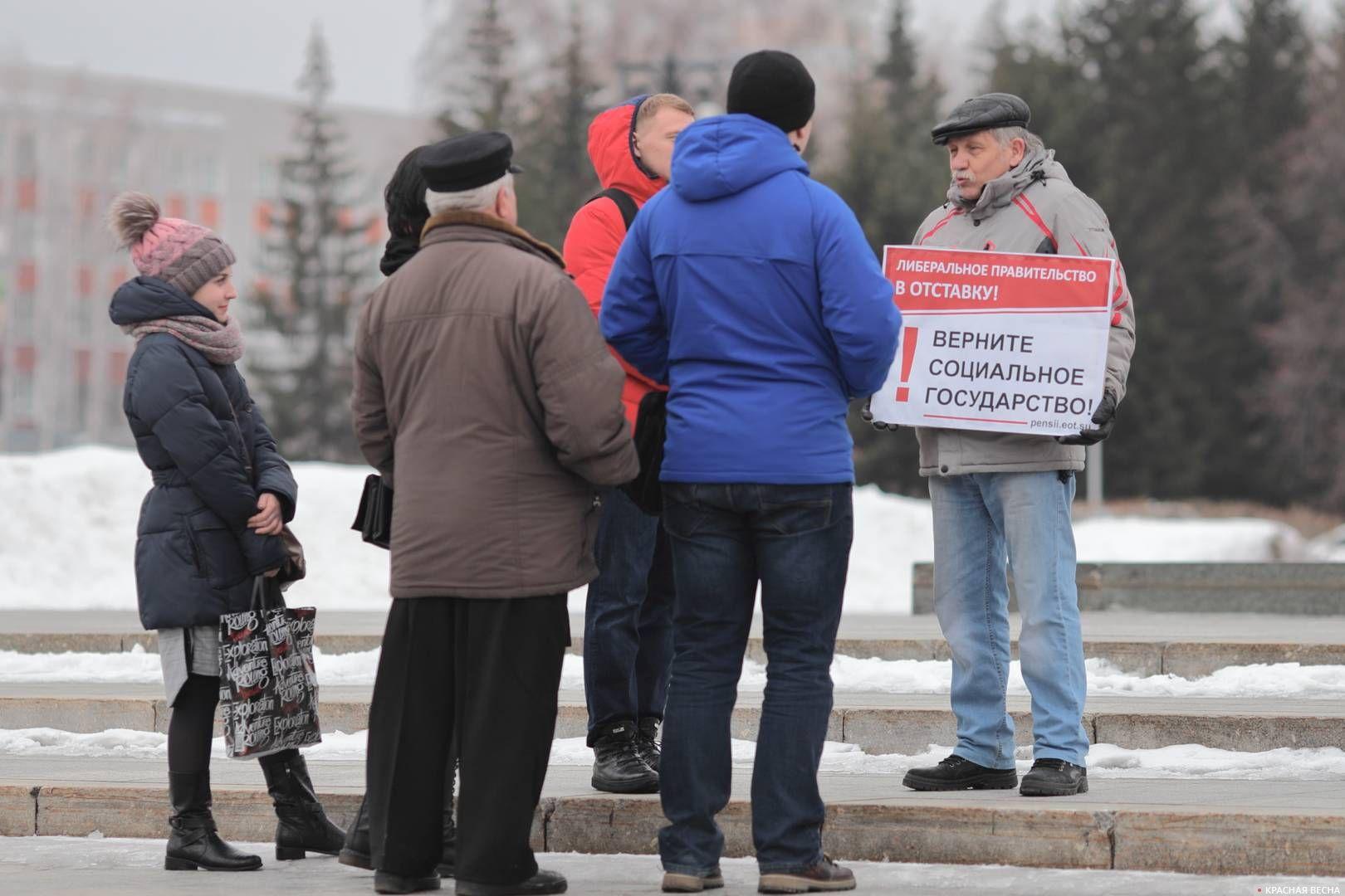 20200303_18-19-Полицейских и прохожих привлекли пикетирующие против пенсионки в Барнауле-pic4