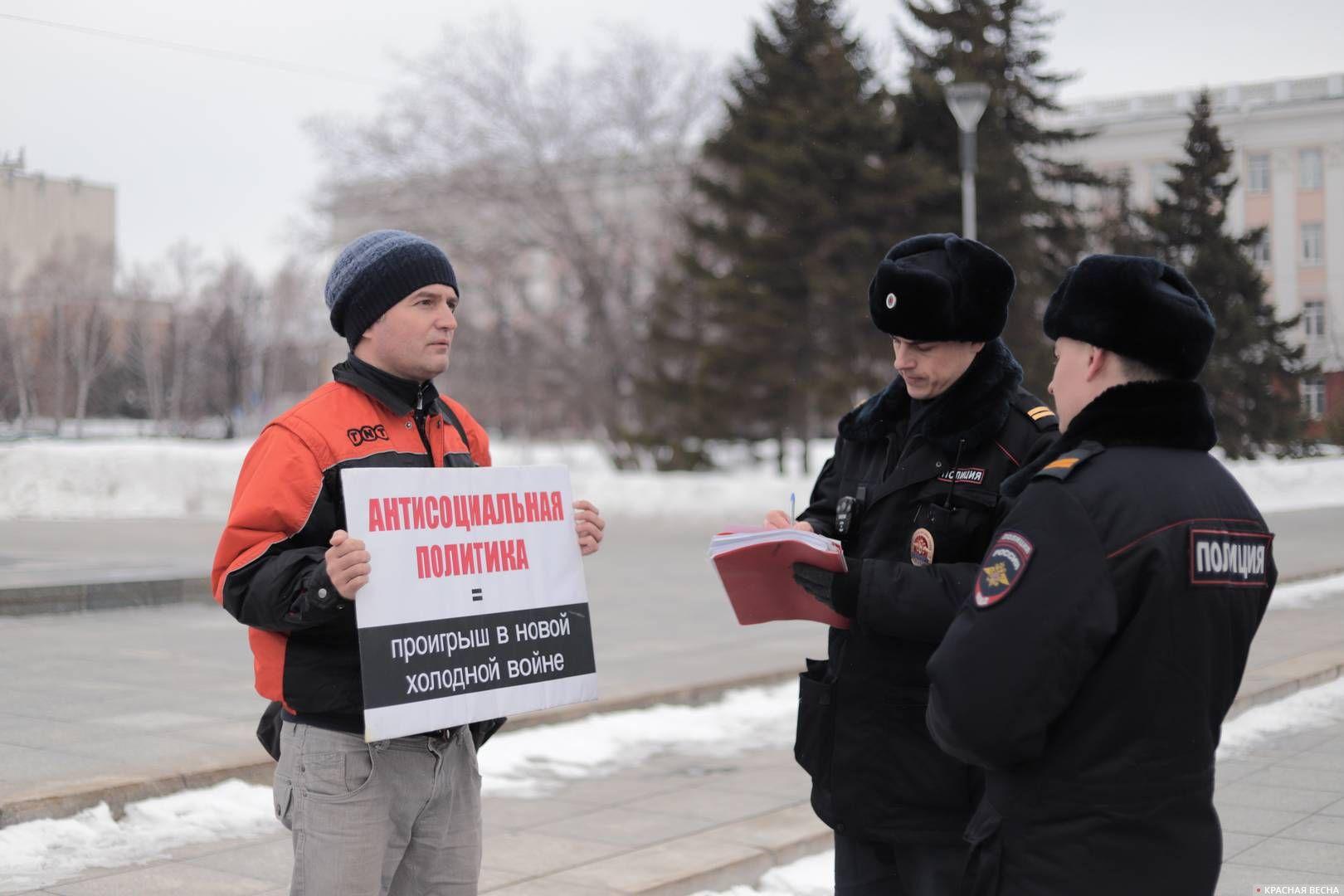 20200303_18-19-Полицейских и прохожих привлекли пикетирующие против пенсионки в Барнауле-pic6