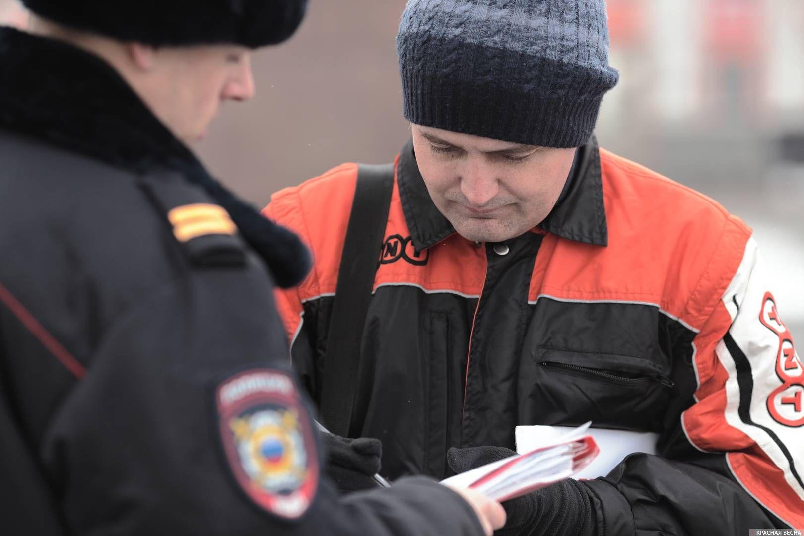 20200303_18-19-Полицейских и прохожих привлекли пикетирующие против пенсионки в Барнауле-pic7
