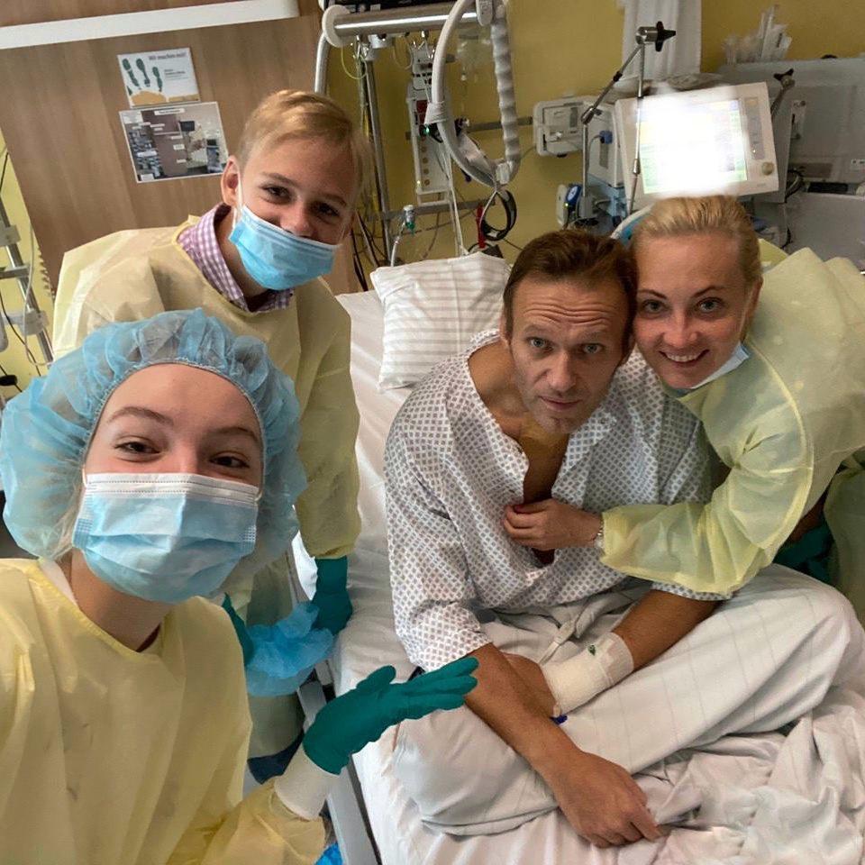 20200915-Навальный выложил первое фото из больницы-pic1