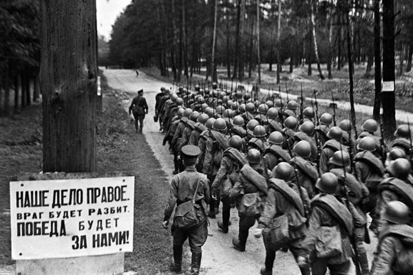 Москва, 23 июня 1941 года- только что мобилизованные колонны бойцов отправляются на фронт
