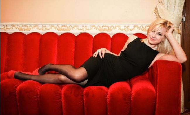Поклонская на красном диване