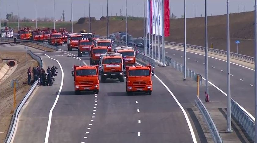 20180515_15-09-Путин проехал по Крымскому мосту на «Камазе»