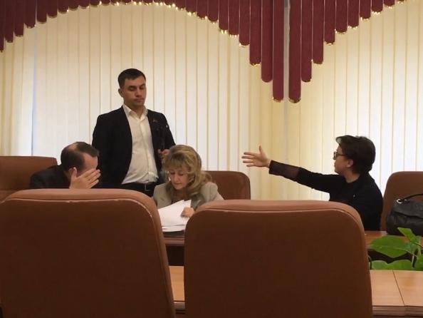 20181010_17-50-Корреспондент ОМ снял на видео спор депутата с министром