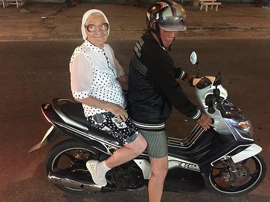 Баба Лена впервые прокатилась на мопеде во Вьетнаме