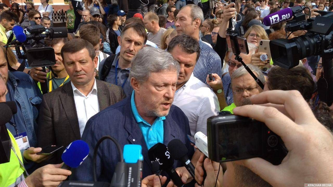 Явлинский даёт интервью журналистам
