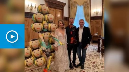 13-Вести.Ru- Собчак и Богомолов удивляли и шокировали- свадебный катафалк, подружка в шарах и любовь до гроба
