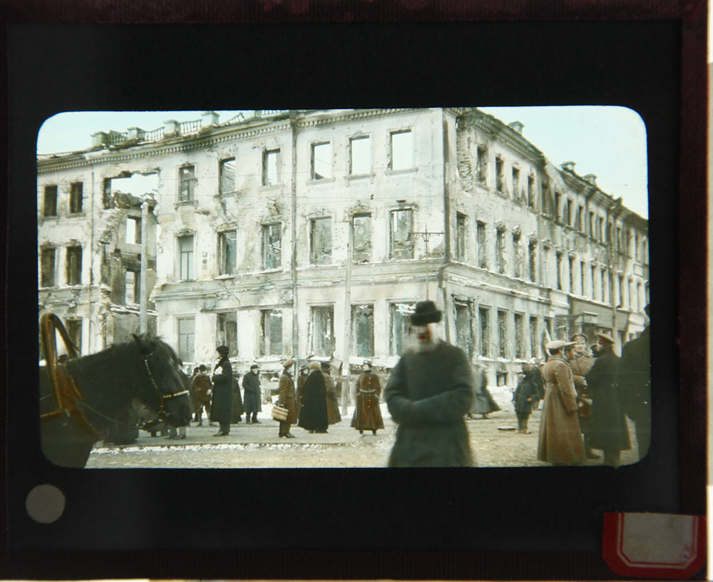5-RUSSIA-Y-MOSCOW-RUINED-HOUSE,-STREET-SOLDIERS,-PEOPLE