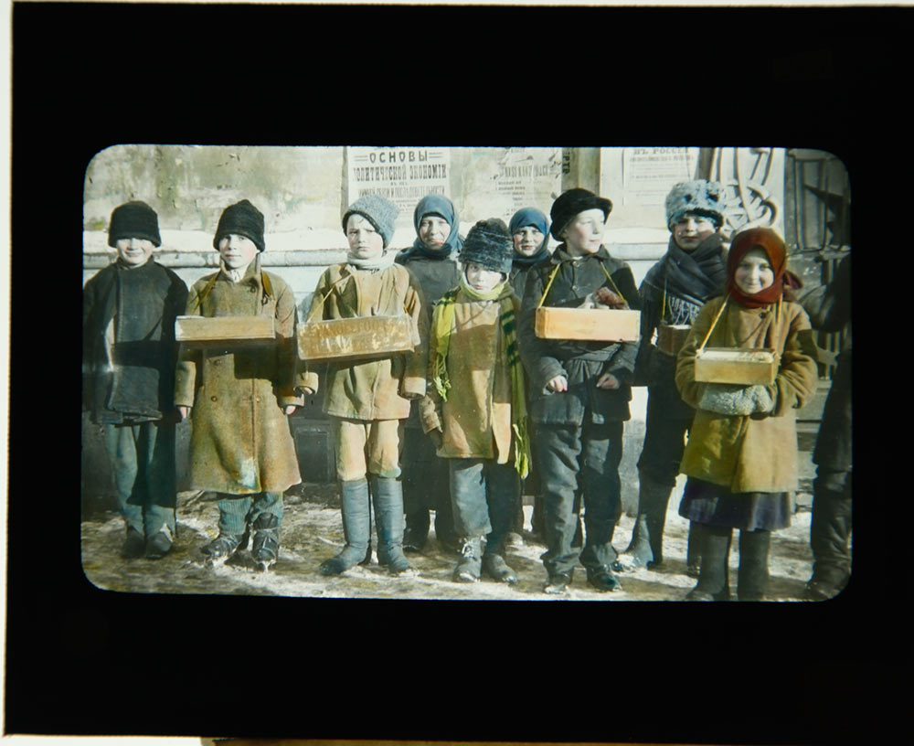 260-RUSSIA-Y-CHILDREN-SELLING-CANDY-AND-CIGARETTES-1