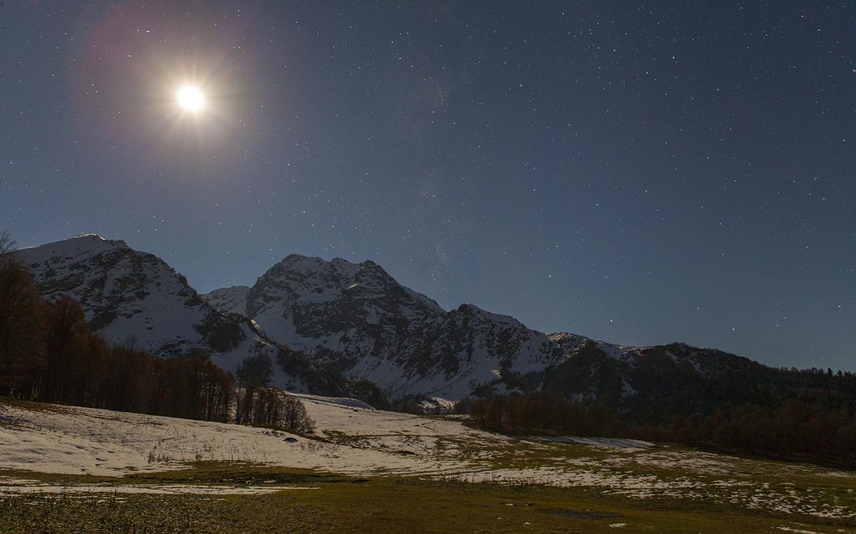 Горная Абхазия. Поляна Пыф. Лунная ночь.