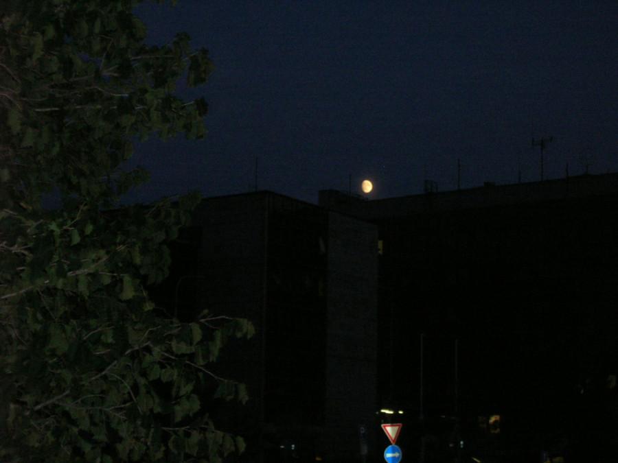 Měsíc nad ulicí