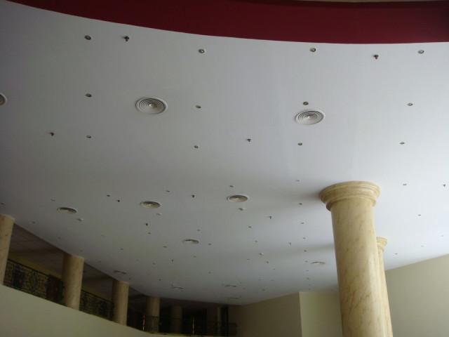Оформление потолка в отеле Hilton