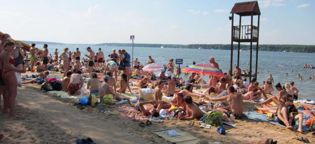 Народ на пляже около Пироговского водохранилища