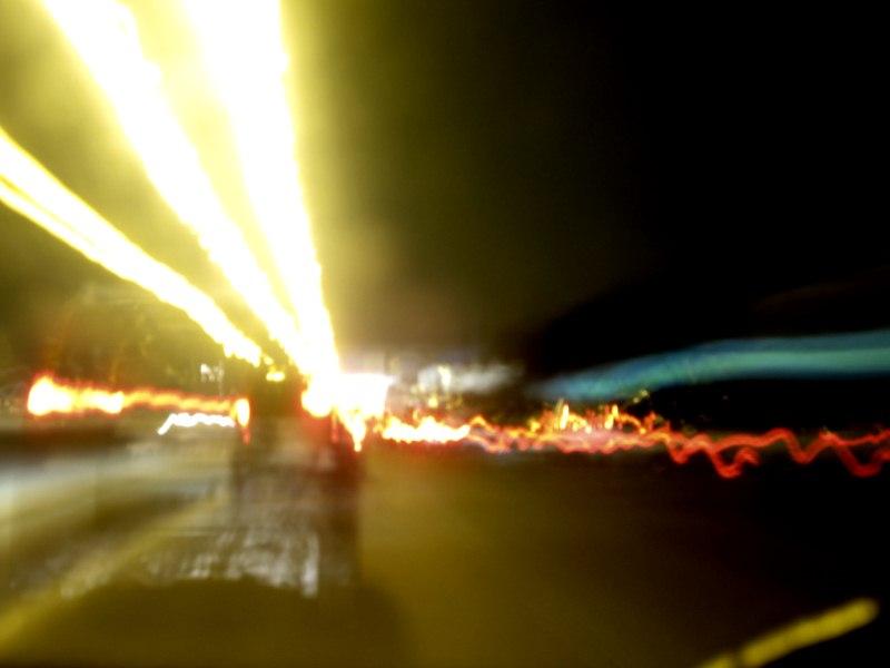 Автомобили едут по дороге. Фото с высокой выдержкой. 15 seconds exposure